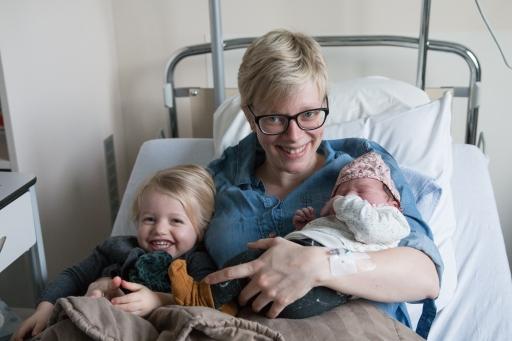 18 02 02 Babybezoek, Isa 5 uur oud (9)